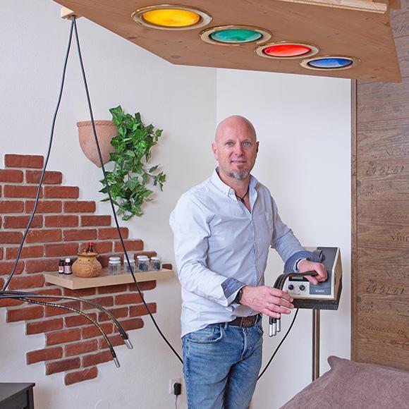Farblicht-Akupunktur mit Mario Salvenmoser in seiner Praxis