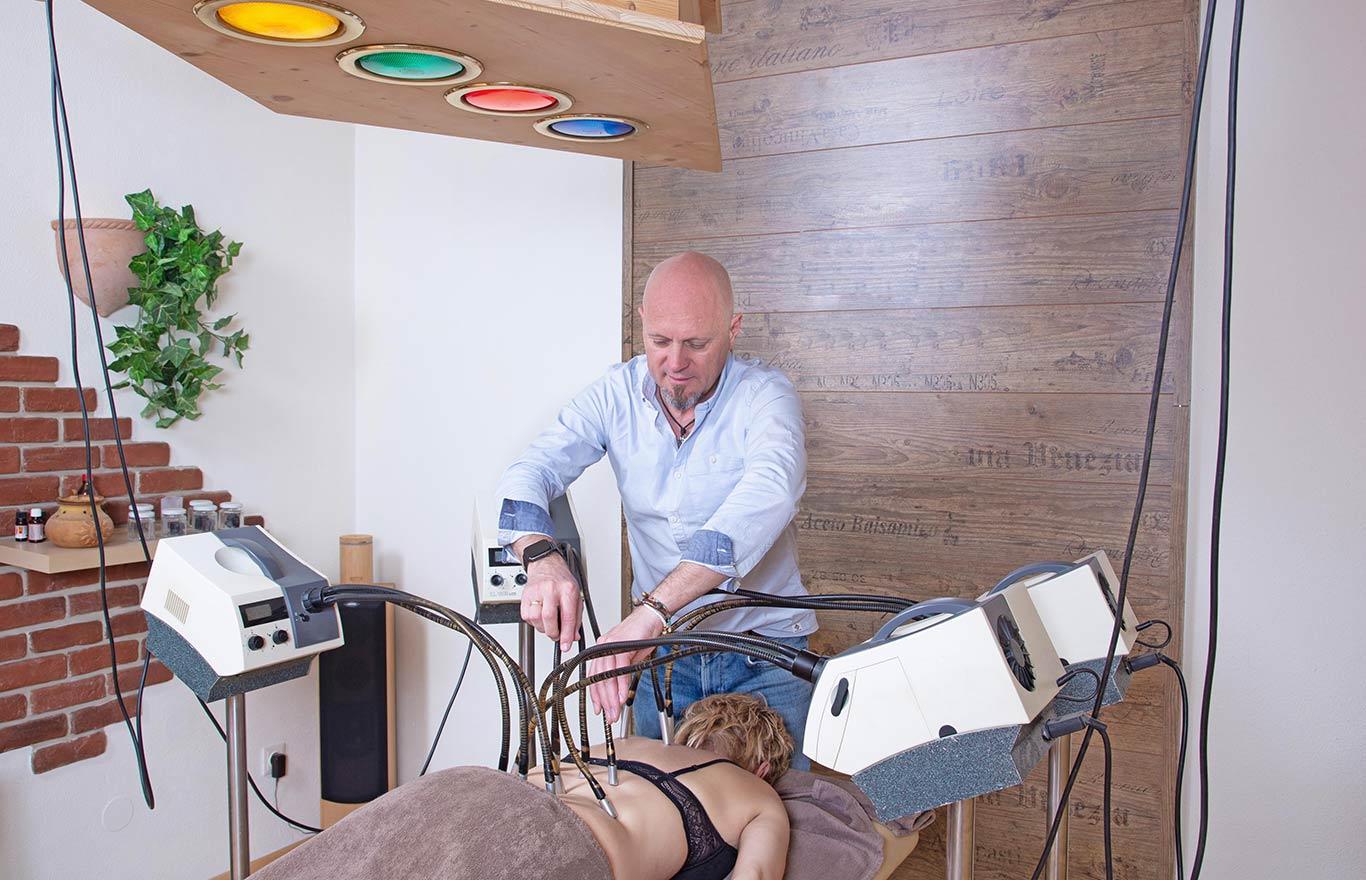 Farblicht-Akupunktur: Mario Salvenmoser bei der Therapie